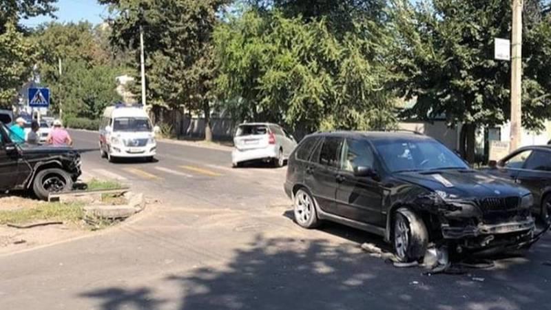 На Фрунзе - Калыка Акиева столкнулись «Мерседес Гелендваген», «БМВ Х5» и «Тойота Виш» (фото)
