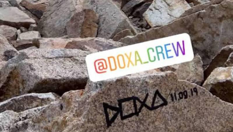 Арт-группу Doxa уличили в вандализме в горах. Художники обещали стереть автограф на высоте 4000 метров