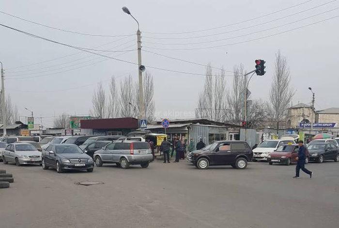 Проезжая часть дорог на Кулиева-Токтогула превращена в «вокзал» (фото, видео)
