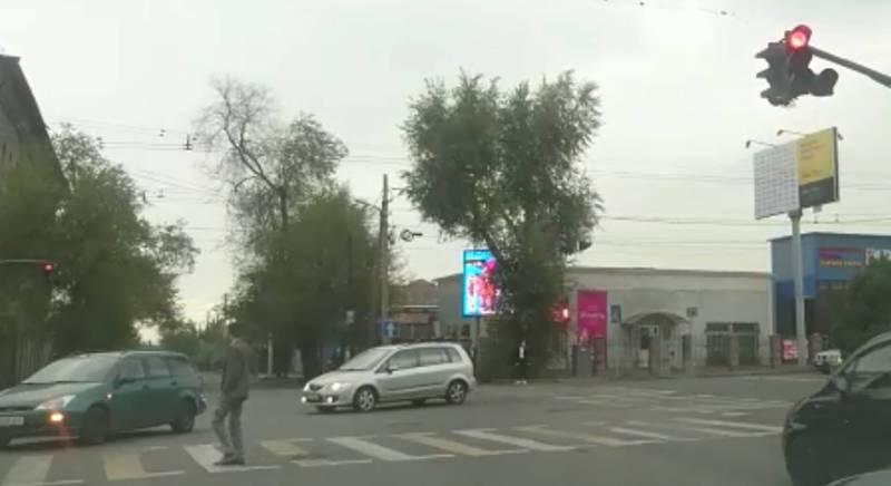 На Ахунбаева - Жукеева-Пудовкина пешеходы подвергаются опасности из-за светофора (видео)