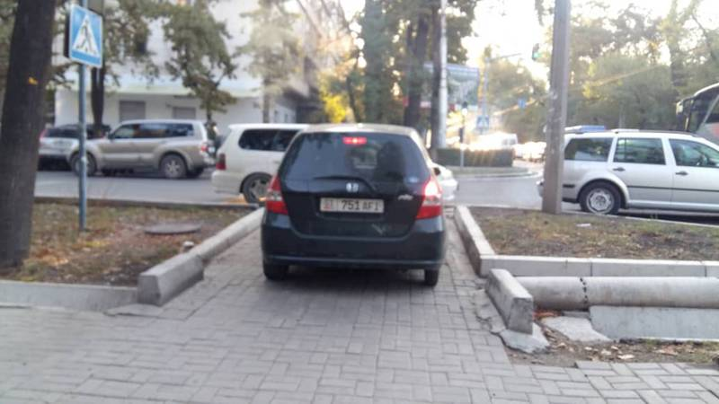 На Московской-Турусбекова водитель «Хонды» объезжал пробки по тротуару. Фото