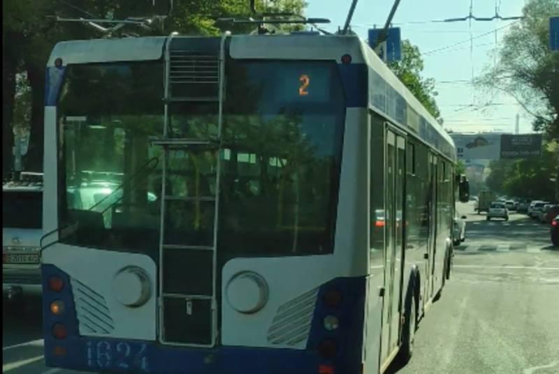 На Абдрахманова - Киевской водитель троллейбуса №2 повернул со второй полосы (видео)