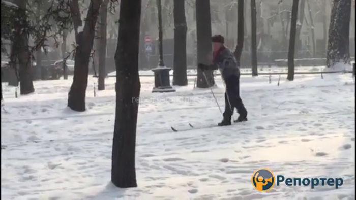 Мужчина катается на лыжах по бульвару Эркиндик <i>(видео)</i>