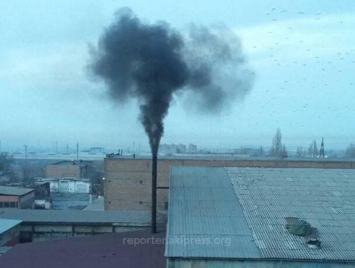 Из дымоходной трубы предприятия на ул.Валиханова шел черный дым (фото, видео)