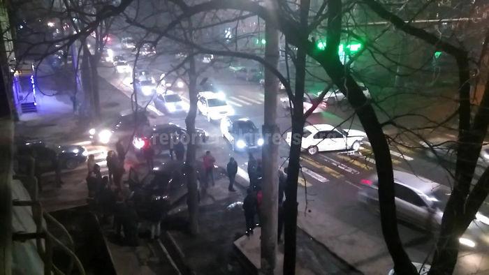 В Бишкеке на Ахунбаева-Руставели столкнулись 2 машины <i>(видео)</i>
