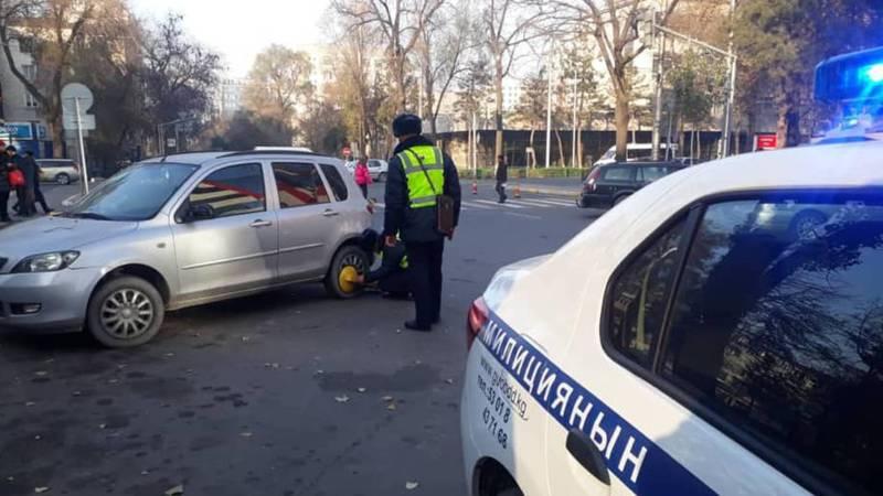 На Чуй-Исанова на колесо неправильно припаркованной машины установили блокиратор (фото)