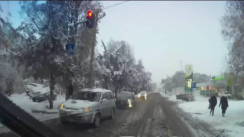 На Сухэ-Батора водитель «Хонды» проехал на красный свет светофора (видео)