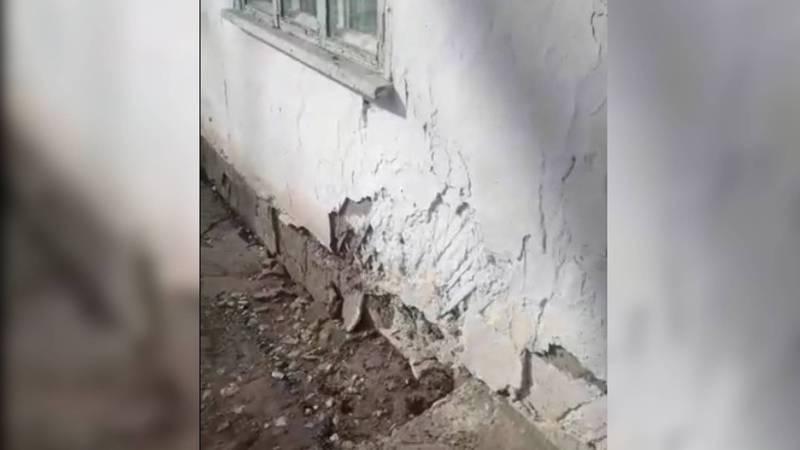 Жительница просит обратить внимание на состояние здания отдела физиотерапии Нарынской областной больницы. Видео
