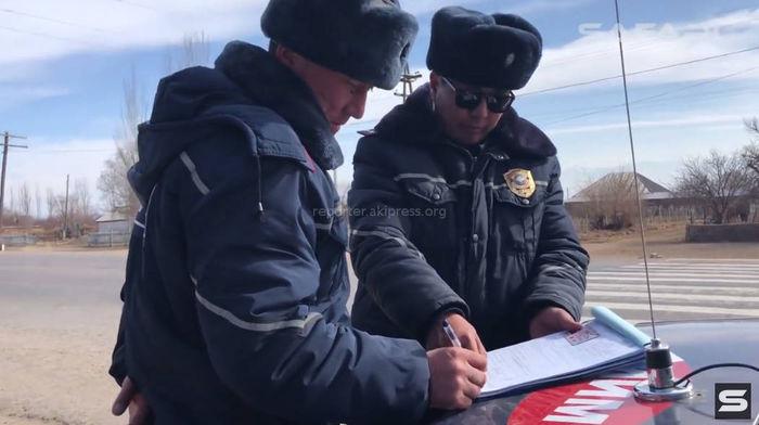<b>Видео</b> – На Иссык-Куле сотрудников УОБДД заставили оштрафовать самих себя