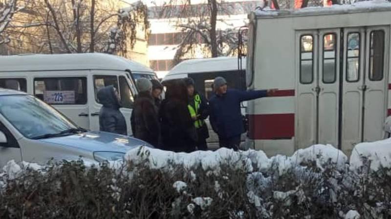 На Манаса-Киевской столкнулись маршрутка и троллейбус. Фото