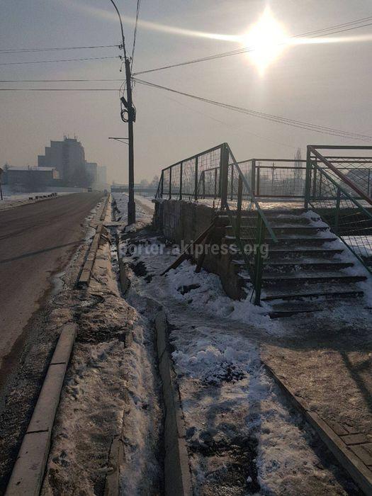 Бишкекчанка просит проложить дорогу для пешеходов в обход подъема на мост по ул.Малдыбаева