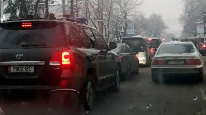 В Бишкеке едет полностью затонированная «Тойота». Видео