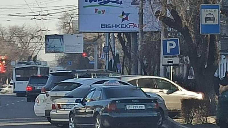 На пересечении Манаса-Киевской водители не соблюдают правила парковки
