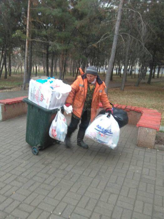 «Тазалык» убрал мусор в парке им.Ататюрка и за стеной Западного автовокзала