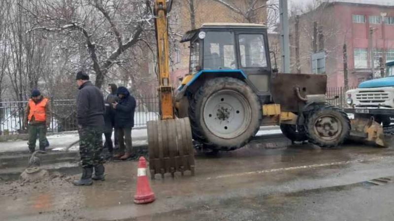 На улице Фрунзе прорвало магистральную трубу холодной воды