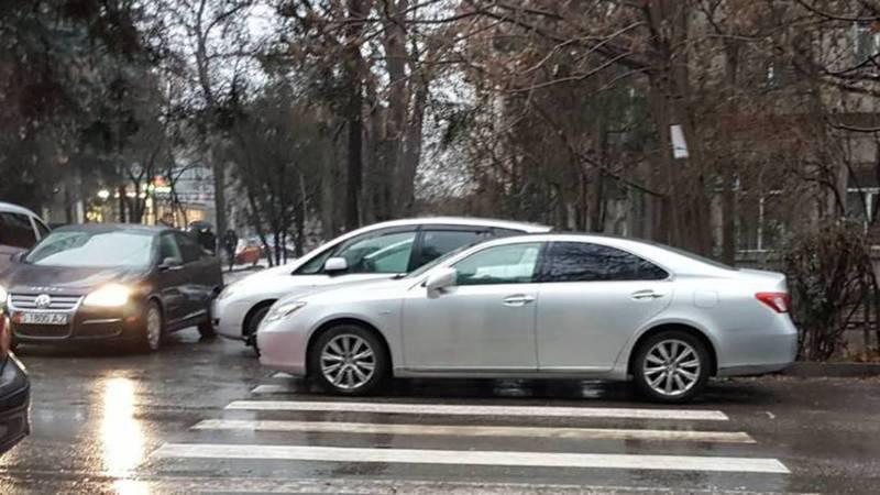 В Бишкеке «Лексус» припарковали на «зебре». По Carcheck госномер не пробивается