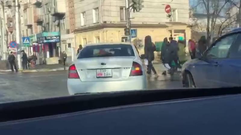 На пр.Манаса водитель легковушки со второй полосы повернул направо