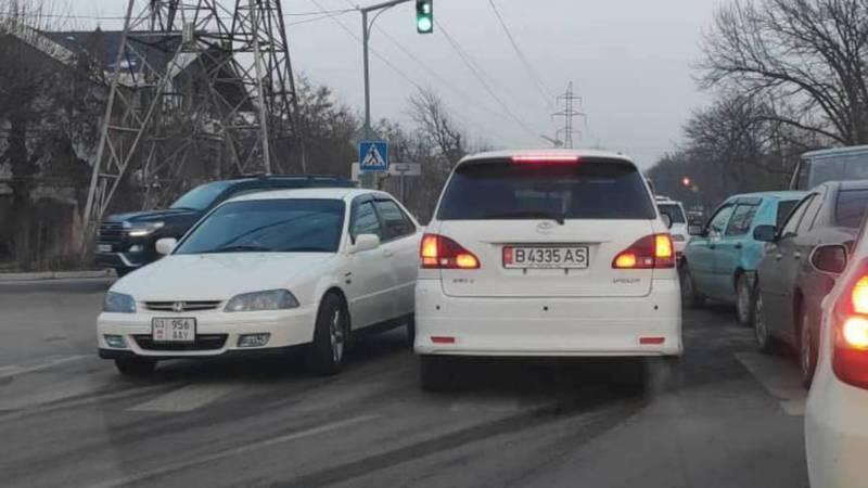 На Панфилова-Медерова «Тойота» нарушила ПДД, за ней числятся штрафы на более 10 тыс. сомов