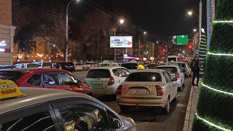 На ул.Киевской таксисты паркуются на проезжей части дороги. Фото
