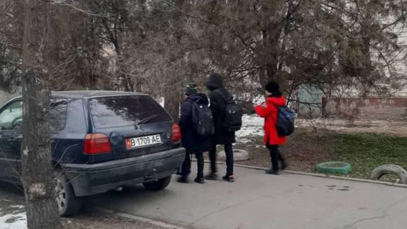 На Суеркулова-Абая «Фольксваген Гольф» припарковали на тротуаре. Фото