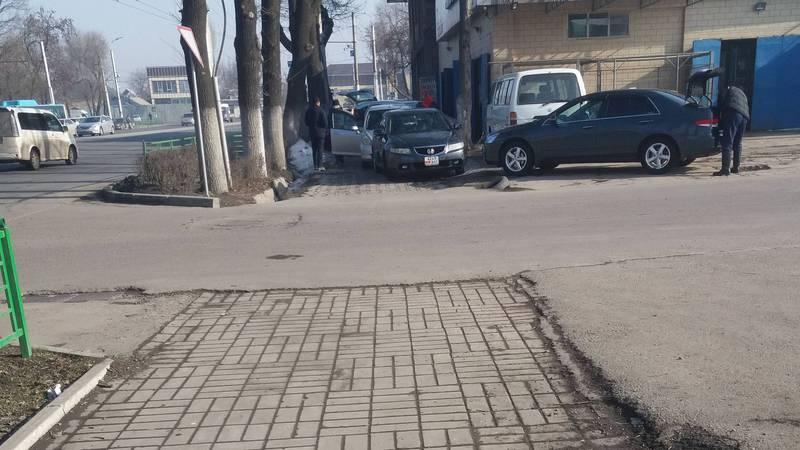 Возле автомойки на проспекте Жибек Жолу машины заняли тротуар для пешеходов. Фото