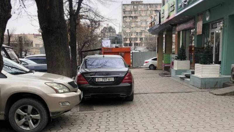 На ул.Гоголя водитель «Мерседеса» постоянно паркуется на тротуаре, - бишкекчанин