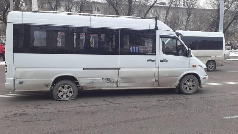На улице Ахунбаева произошло ДТП с участием маршрутки. Фото