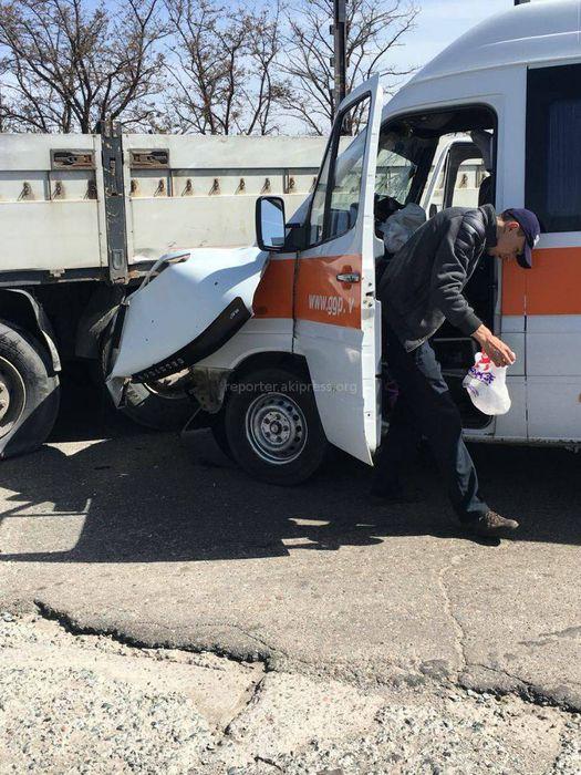 На участке объездной дороги произошло ДТП. Бус с пассажирами врезался в грузовик (фото)