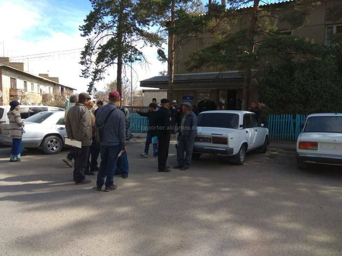 Житель Иссык-Куля жалуется на очереди в Каракольском департаменте регистрации авто (фото)