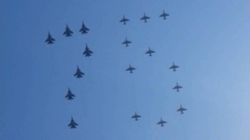 Истребители в небе в форме цифры 75. Видео