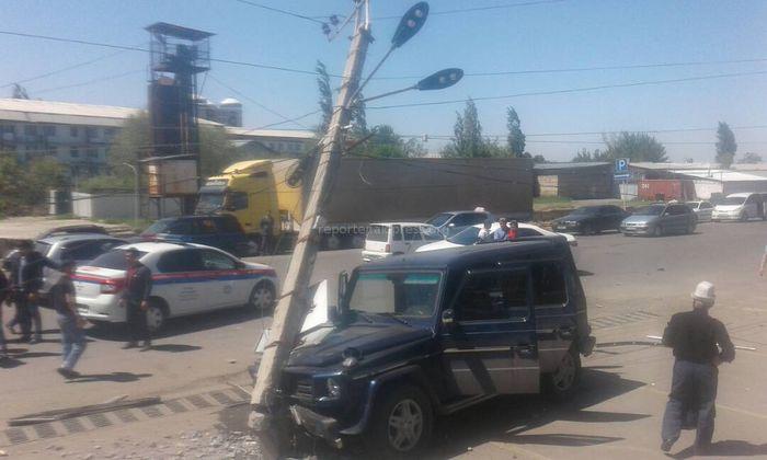 В Оше произошла авария с участием двух машин. Одна из них врезалась в столб <i>(фото, видео)</i>