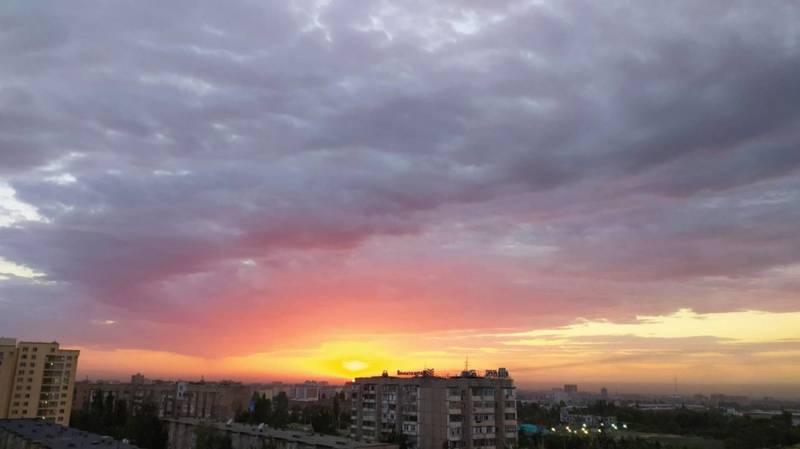 «Как сладкая вата». Невероятно красивый закат в Бишкеке 2 июня. Видео