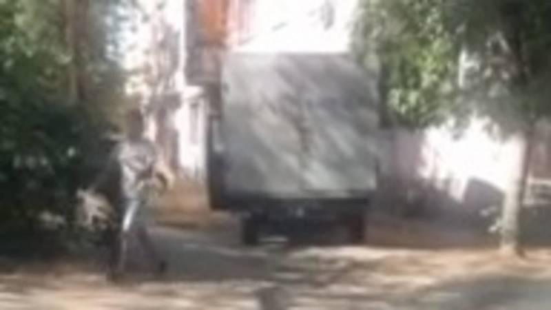 В Бишкеке парень с загипсованной рукой водит грузовик. Видео