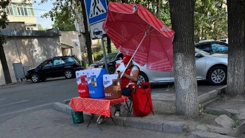 На перекрестке Чуй-Турусбекова продавщица «Шоро» работает без маски