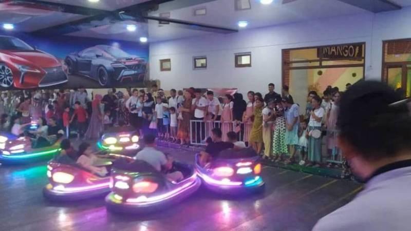 В развлекательном центре Базар-Коргона по вечерам много людей. Фото местного жителя