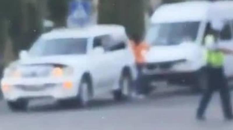 На ул.Байтик Баатыра бус врезался в Lexus LX 470. Видео с места аварии