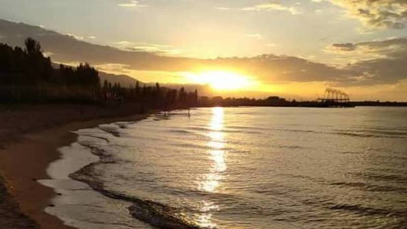 Красивый рассвет на Иссык-Куле. Фото из села Бостери
