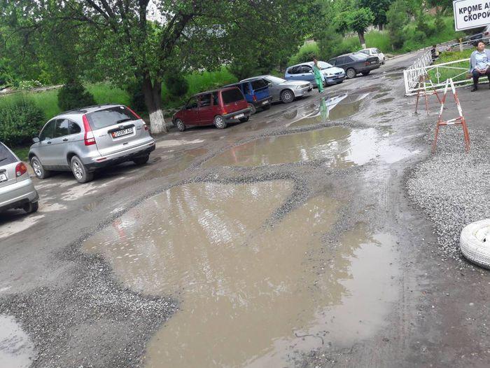 На территории городского роддома в Оше платная стоянка, но при этом дорога ужасная, - житель (фото)