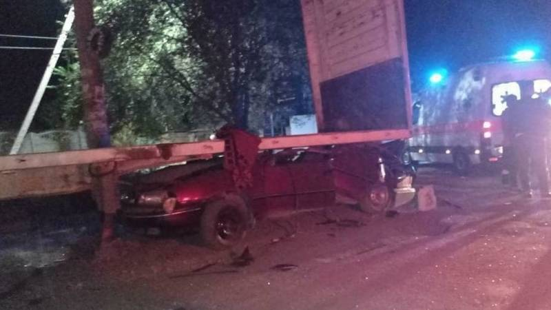 «Машина в лепешку»: В Киркомстроме легковушка залетела под прицеп. Видео с места аварии
