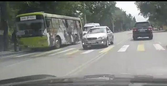 В Тунгуче «зебра» служит остановкой для общественного транспорта <i>(видео)</i>