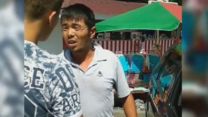 Видео — Водитель «Тойоты» припарковался на «зебре» и показал средний палец пешеходам