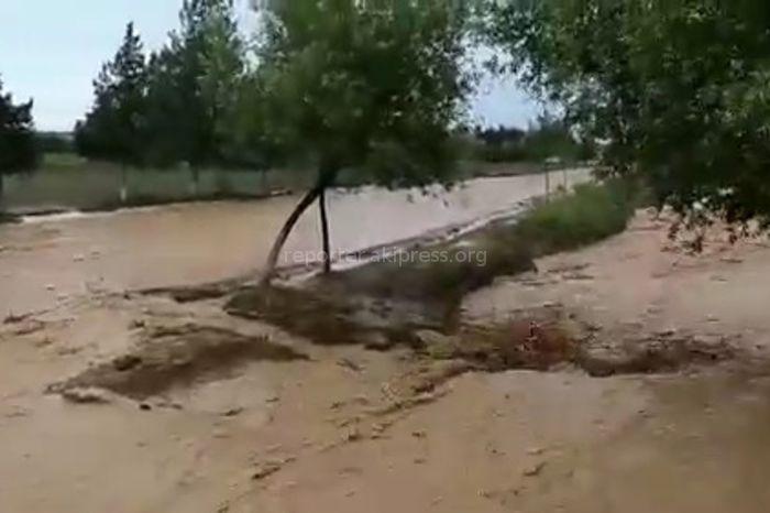 Видео — В одном из сел Кадамжайского района селевые потоки затопили улицы и дома