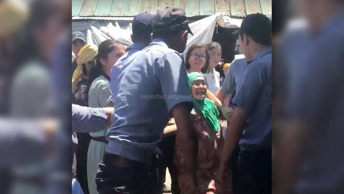 ГУВД Бишкека о стычке c попрошайками на Ошском рынке: Милиция проводила рейд