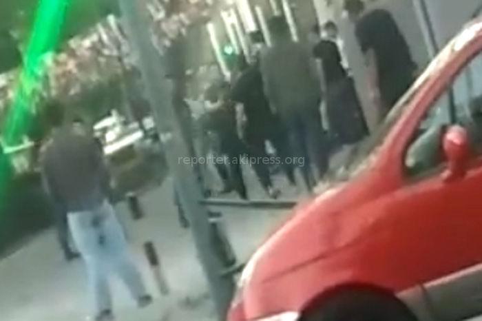 Видео — Драка у Metro pub в Бишкеке