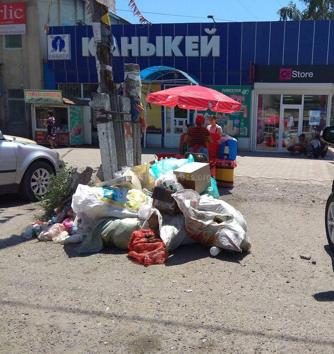 В селе Ивановке возле магазина складируют мусор