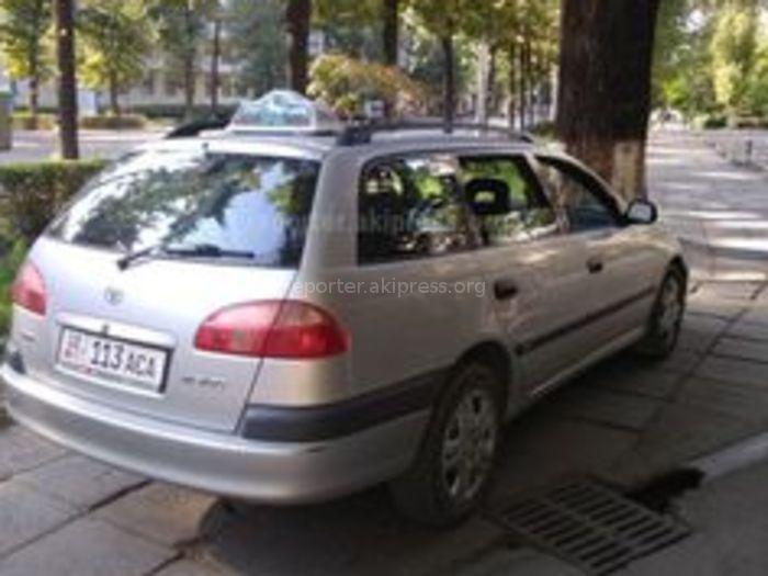 Бишкекчанка: «Тойоту» нагло припарковали на тротуаре пр.Манаса (фото, видео)