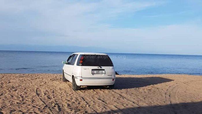 Фото — В Бостери машина заехала на пляж. Примут ли меры?