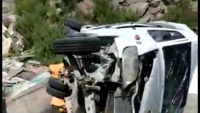 Видео, фото — На Тоо-Ашуу после столкновения с фурой 2 бусика повисли над пропастью