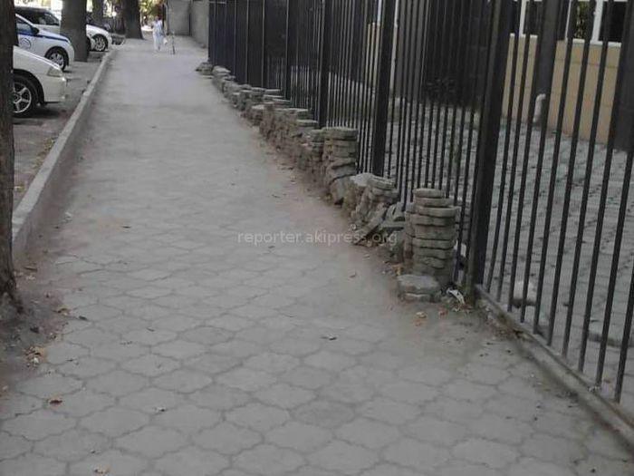 Кто будет убирать брусчатку с тротуара на Манаса-Абдымомунова?