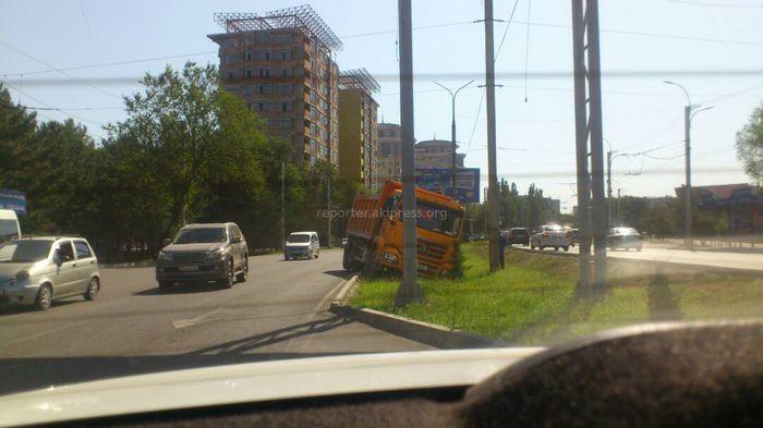 Фото — В южной части Бишкека грузовик вылетел с дороги на газон